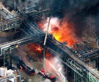 Взрыв химического завода в Японии: погиб пожарный