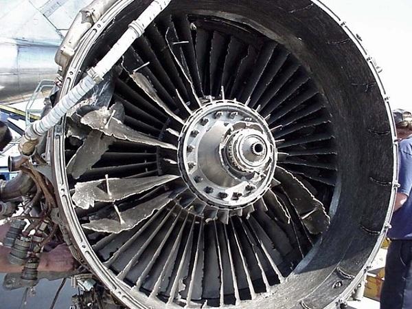 Поврежденный двигатель самолета