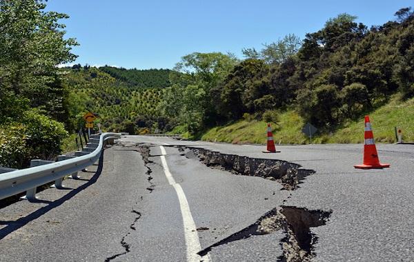 Разрыв дороги в результате землетрясения