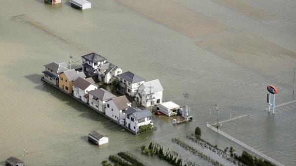 Затопленные дома от тайфуна Лан в Японии