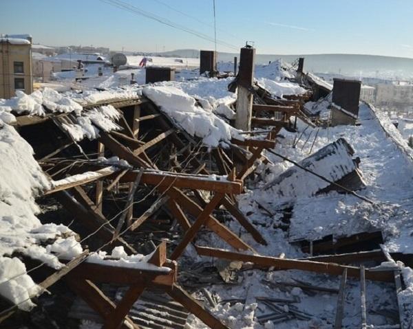 Падение снега и сосулек с крыш - разрушительные последствия оттепели. Фото и видео