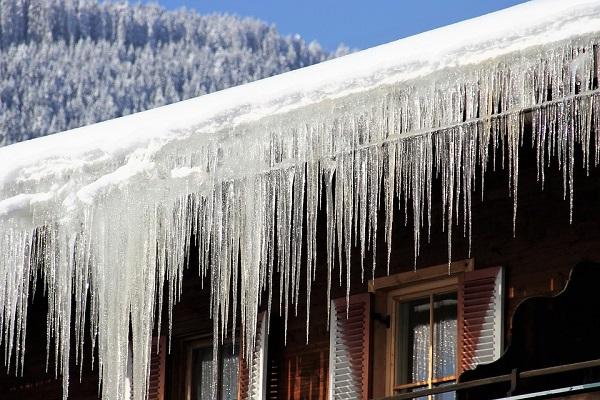 Падение снега и сосулек с крыш — разрушительные последствия оттепели. Фото и видео