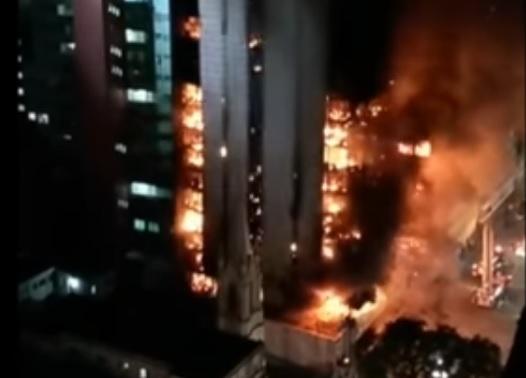 В Бразилии во время пожара упал горящий небоскреб с людьми внутри. Видео