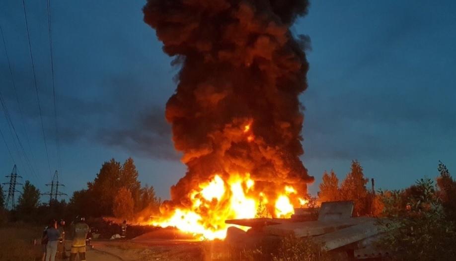 Крупный пожар в Гачине, горят переработанные покрышки. Фото и видео очевидцев