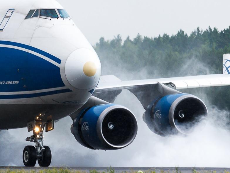 Во Внуково приземлился самолет с выключенным двигателем