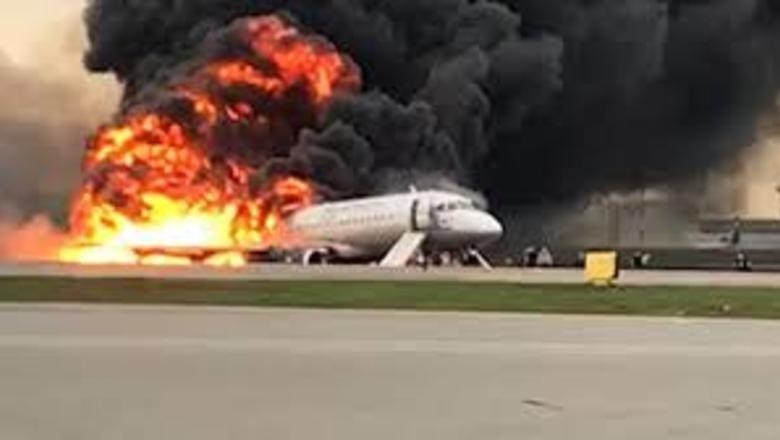 Пожар самолета в Шереметьево при приземлении. Видео горящего самолета.