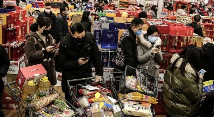 Люди носят маски, Ухань, Китай, в четверг 23 января 2020